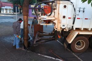 Caminhão de hidrojateamento desentupiu 151 bueiros