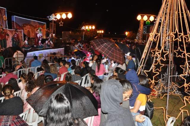 Embaixo de chuva, moradores assistiram parte do espetáculo em Campo Mourão