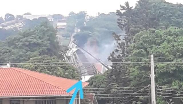 Bombeiro controla incêndio em loja que teve cobertura danificada pelo vento em Roncador