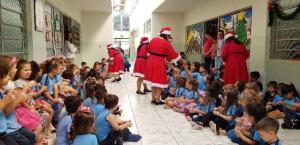 Mamães Noelas entregam brinquedos nos CMEIs em Campo Mourão
