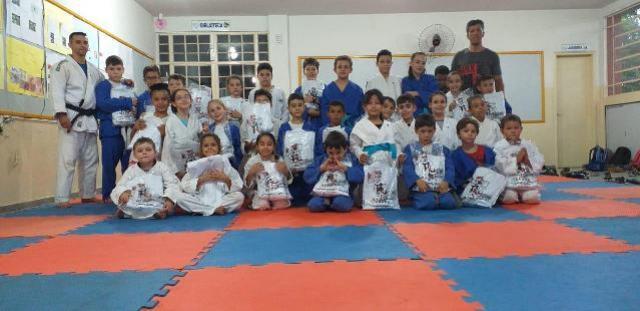 Judô mourãoense entrega kimonos a núcleos de projeto social