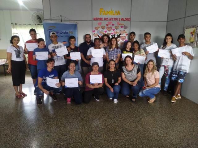 Entregues os certificados de cursos a moradores do Fortunato Perdoncini