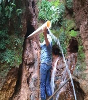 Emater de Farol orienta proteção de nascente com solo cimento