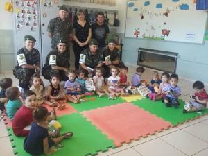 Tiro de Guerra de C. Mourão doa brinquedos a crianças de duas unidades de ensino