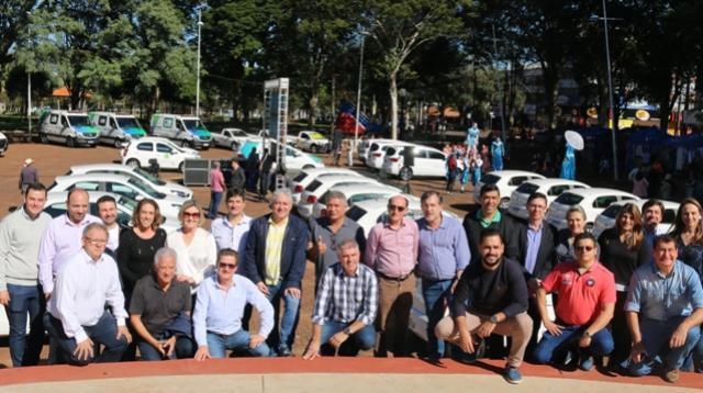 Prefeitura de C. Mourão entregou veículos e equipamentos novos na praça São José
