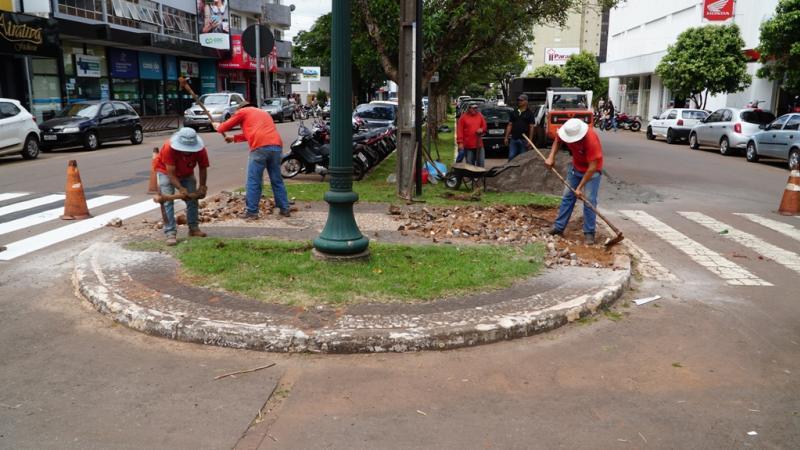 Praças e canteiros centrais recebem melhorias