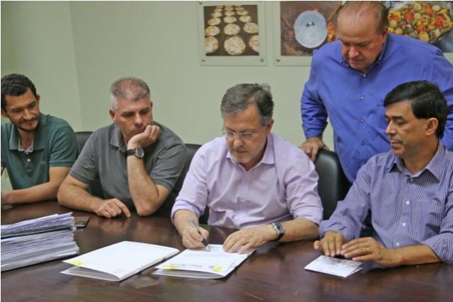 Certidões de Regularização de Lotes da Vila Guarujá são assinadas em Campo Mourão