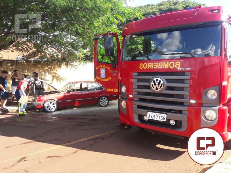Bombeiros e Populares controlam fogo em veículo na cidade de Campo Mourão