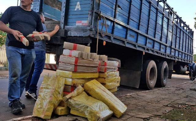 Polícia apreende 236 quilos de maconha em fundo falso de caminhão boiadeiro em C. Mourão