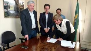 Prefeita Angela assina convênio junto ao Instituto das Águas, para receber tubos de concreto