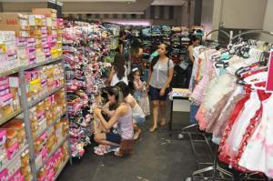 Muitos consumidores na abertura do 23º Feirão Queima de Estoque de Campo Mourão