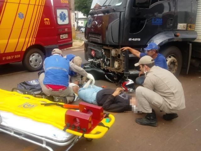 Acidente entre caminhão e moto deixa jovem gravemente ferido em Campo Mourão