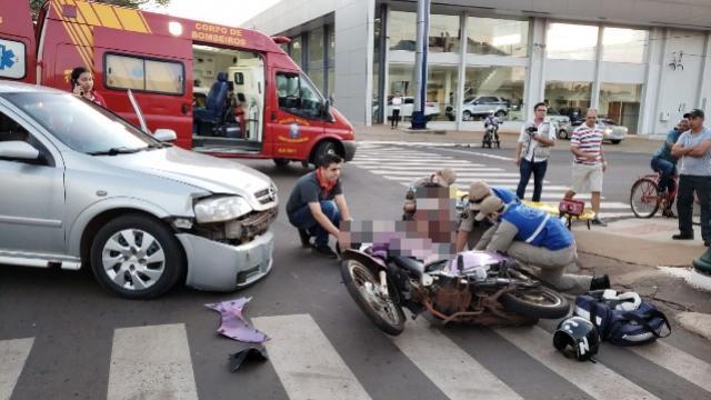Acidente envolvendo carro e moto deixa 2 pessoas feridas no centro de Campo Mourão
