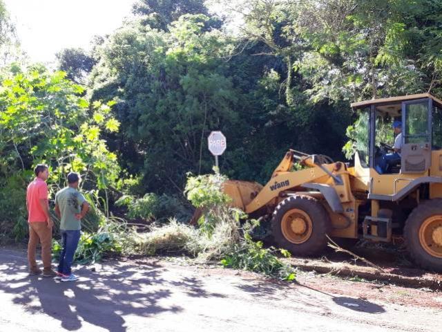 Município de Campo Mourão promove limpeza nos fundos do Jardim Maria Barleta