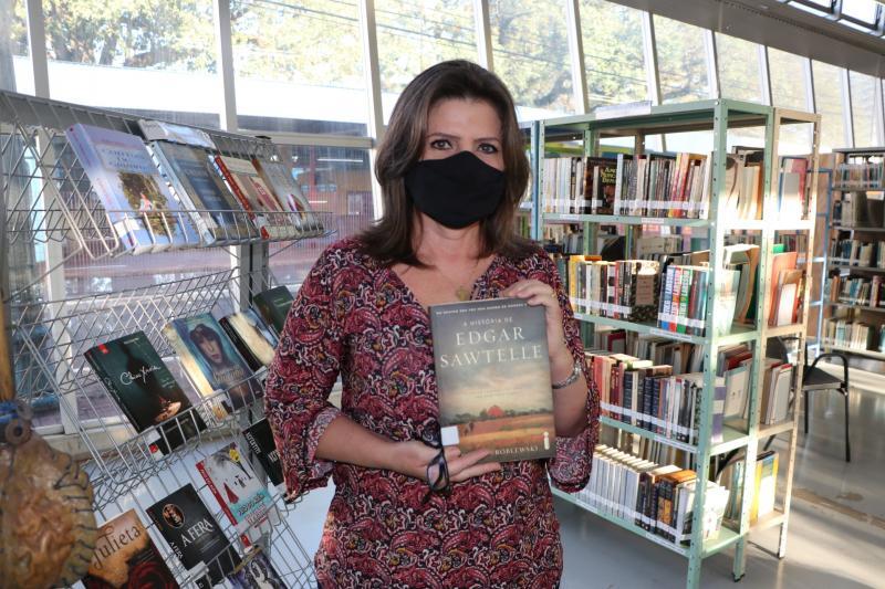 Casal de servidores municipais doa 310 livros para a Biblioteca