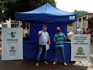 Barbosa Ferraz entrega barracas para feirantes