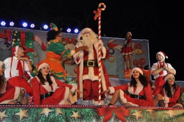Costureiras confeccionam figurinos para espetáculos e cortejos de Natal em C. Mourão