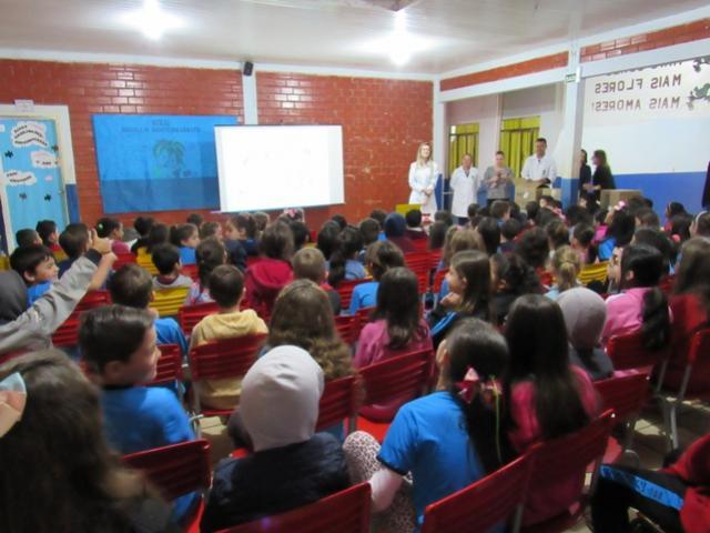 Prefeitura de Roncador entrega kits de higiene bucal para alunos da rede municipal
