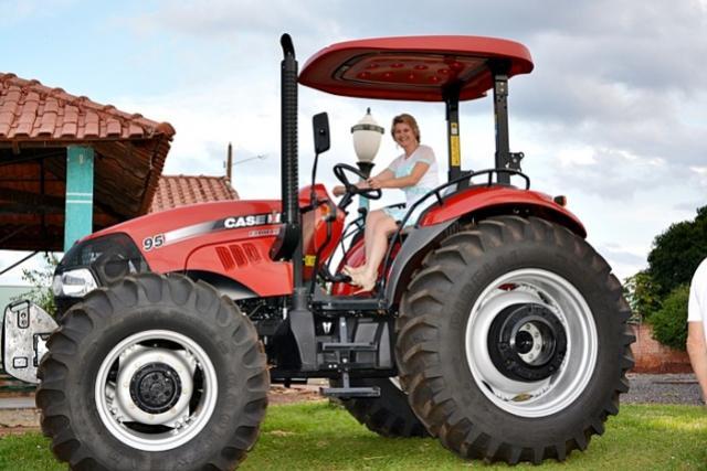 Fortalecendo a Agricultura: Deputado Federal Rubens Bueno entrega trator no municipio de Farol