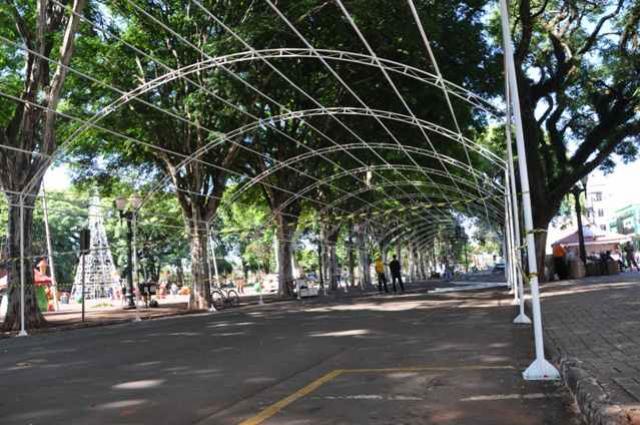 Campo Mourão inicia instalação do Túnel de Luzes para o Natal
