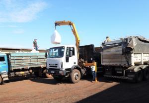 Agricultores de Campo Mourão recebem adubo fósforo por meio de parceria com Governo Estadual