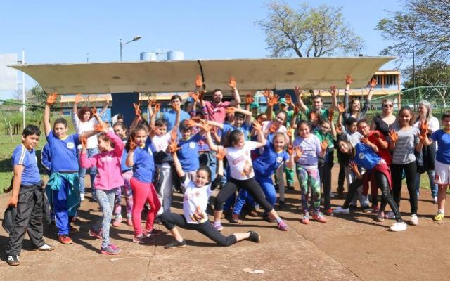 Alunos do CAIC participam de atividade ambiental em comemoração ao dia da árvore em Campo Mourão