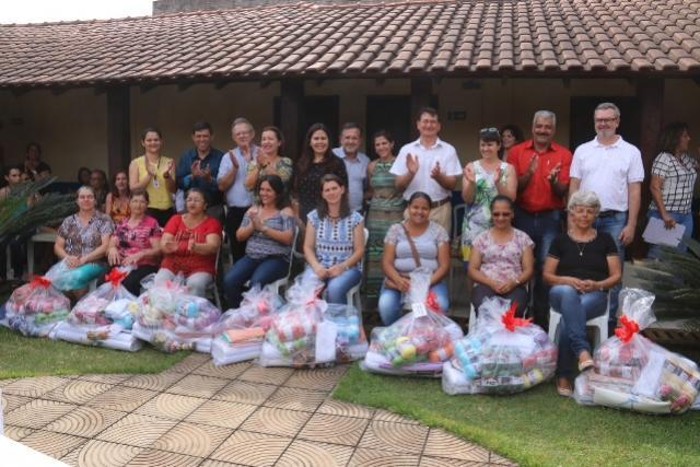 Entrega de kits marca reabertura de oito clubes de mães em Campo Mourão