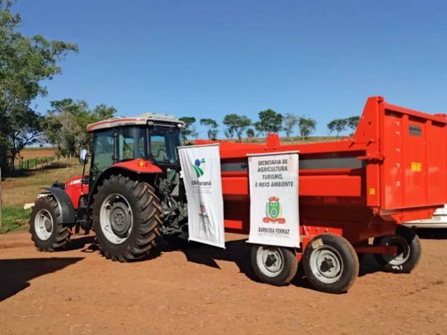 Associação de agricultores de Barbosa Ferraz recebe implementos agrícolas do Coopera Paraná