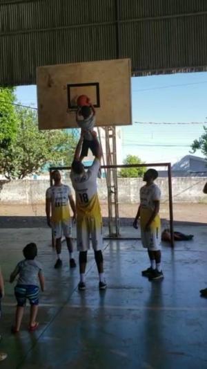 Equipe principal do Oral Sin Campo Mourão Basquete visita núcleo de projeto social