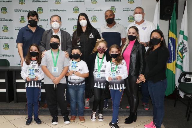 Enxadristas mirins recebem premiação do Campeonato Paranaense de Xadrez