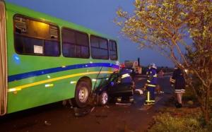 Motorista morre decapitado ao bater na traseira de ônibus