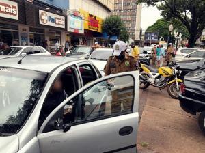 """Policiais Militares participaram de bloqueio de fiscalização de trânsito em Campo Mourão durante """"Operação Vida"""""""