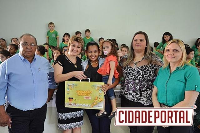 Prefeitura de Farol entrega material do Sistema Positivo para os alunos da rede municipal