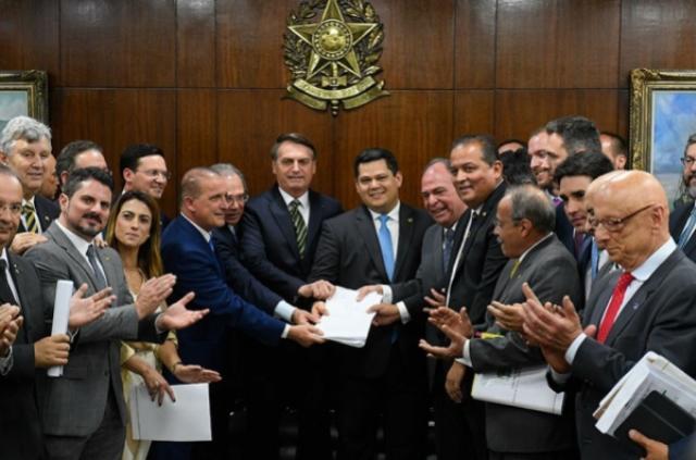 Proposta do governo Bolsonaro pode extinguir até um quarto dos municípios do Paraná. Veja a lista