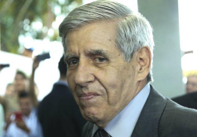 Ministro Augusto Heleno divulga no seu Twitter que está com coronavírus e espera contraprova