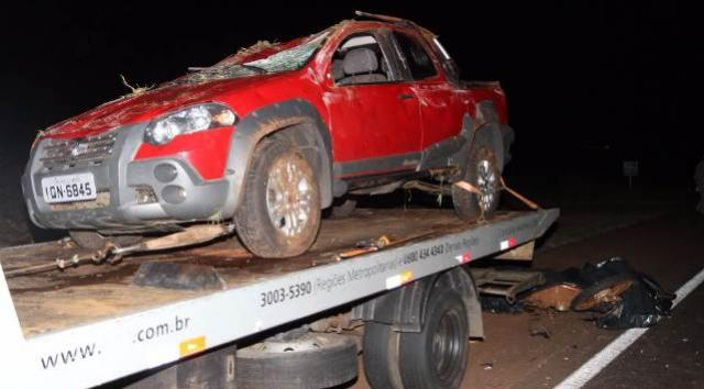 Motociclista morre ao bater na traseira de caminhão-guincho