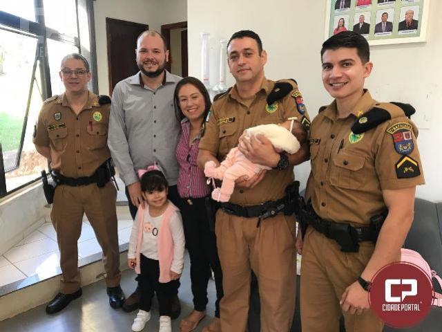 Policiais que salvaram bebê engasgado se reencontram com a família