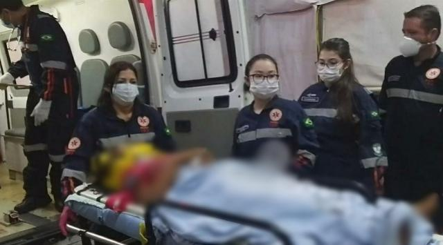 Cinco pessoas, entre elas duas crianças ficam feridas após capotamento