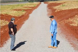 Assis investe na implantação de solo brita em 3,3 km na estrada do Ramal Quati