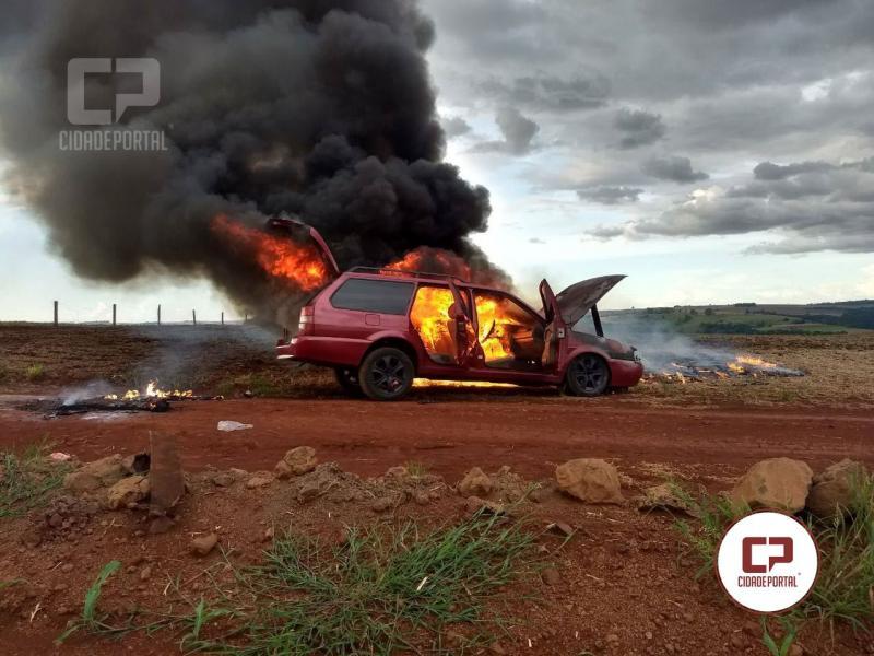 Carro fica destruído após incêndio em Formosa do Oeste