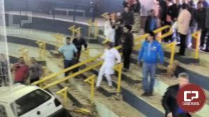 Carro invade ginásio de esportes em Assis e uma pessoa morre
