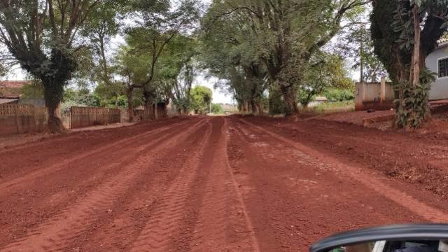 Ruas não pavimentadas do Araçá recebem aplicação de solo brita