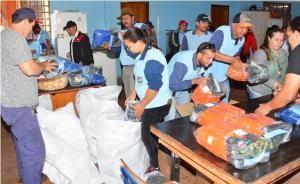 Prefeito de Assis entrega kits de uniformes a servidores municipais