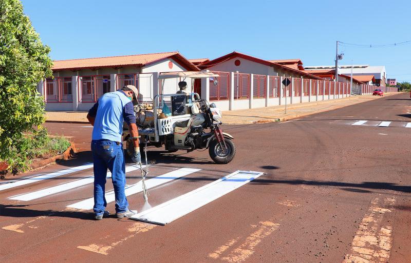 Prefeitura revitaliza faixas de pedestre na cidade