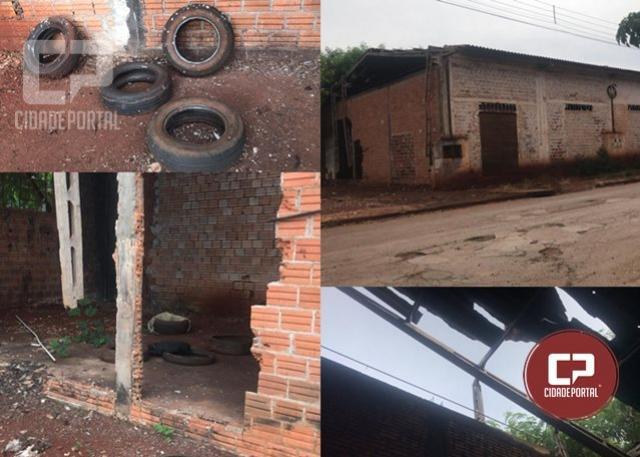 Moradores reclamam de barracão abandonado com infestação de mosquitos da dengue
