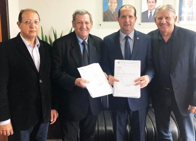 Pegoraro entrega projeto a Micheletto para obras no interior de Assis Chateaubriand