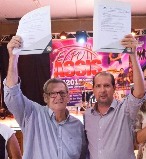 Micheletto entrega a Pegoraro liberação para início das obras no Araçá e Paraná em Assis