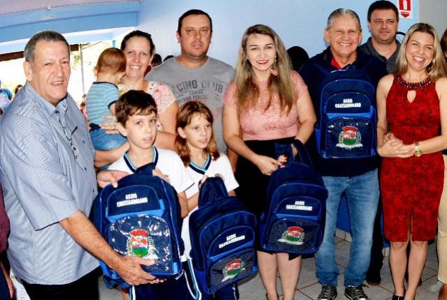Materiais escolares são entregues a alunos da rede municipal de Assis Chateaubriand