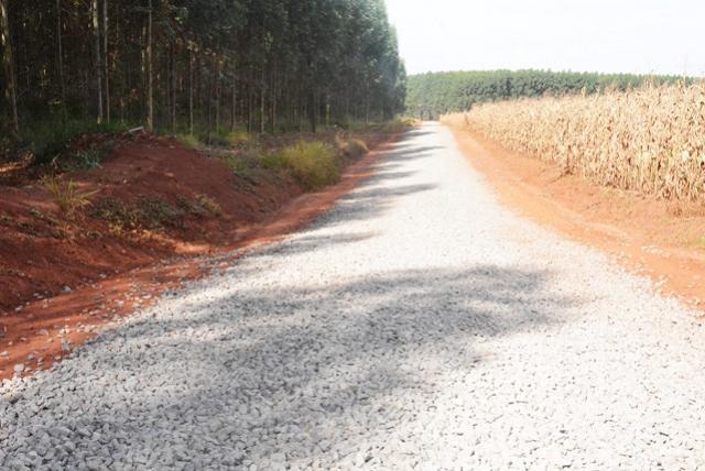Governo Municipal de Assis conclui 10 km de solo brita na estrada São Cosme e Damião