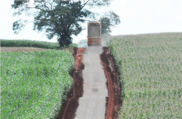 Prefeitura inicia solo brita em 9,7 km de São Pedro a Vila Rural em Assis